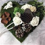 Der-kleine-Dekoladen Grabschmuck Moosherz grün/weiß mit Engel und Exoten Allerheiligen Totensonntag Trauergesteck Grabgesteck Moos