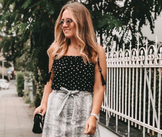 Influencerin Kastalista in einem sommerlichen Shirt mit Polka Dots in Schwarz und Weiß