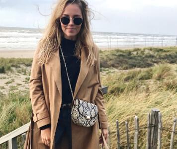Influencerin Lissy.re mit Schlangenprint-Tasche und Mantel in beige