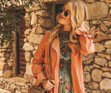Influencer TheBlondeLion im Trenchcoat und Kleid mit Blumenmuster