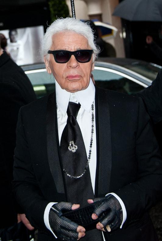 Karl Lagerfeld im schwarzen Anzug und mit Sonnenbrille
