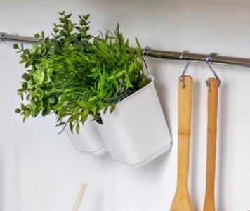 Küchenleiste mit Pflanztöpfen zum Aufhängen und anderen Küchenhelfern