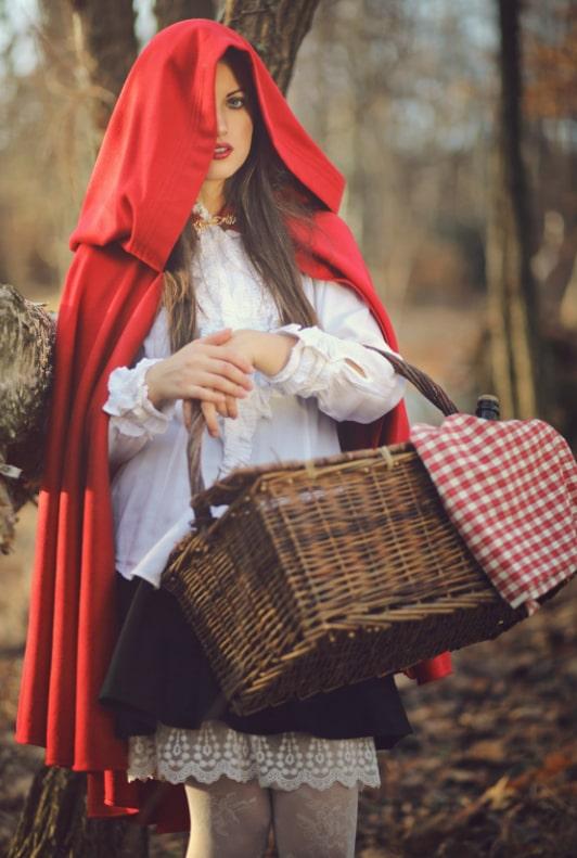 Frau im Rotkäppchen-Kostüm und Korb