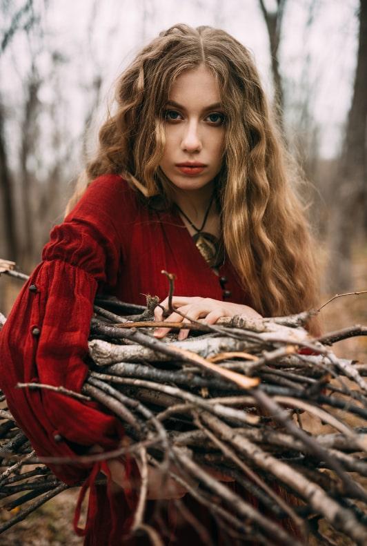 Frau im roten Maxikleid und lockigem Haar