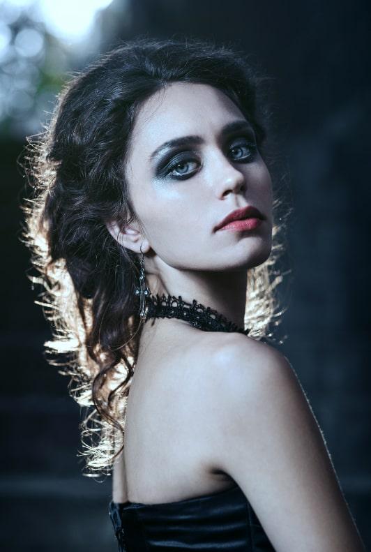 Frau mit Smoky Eyes, schwarzen Haaren und Halskette