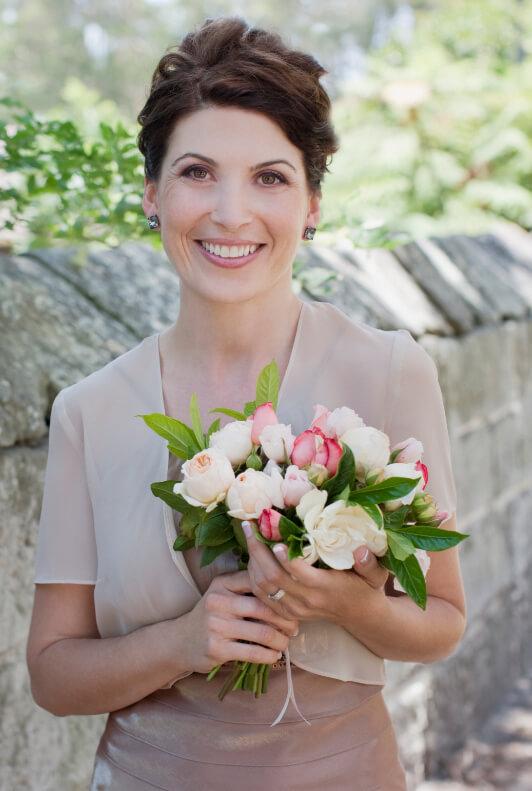 Frau mit Kleid, Bolero und Blumenstrauß