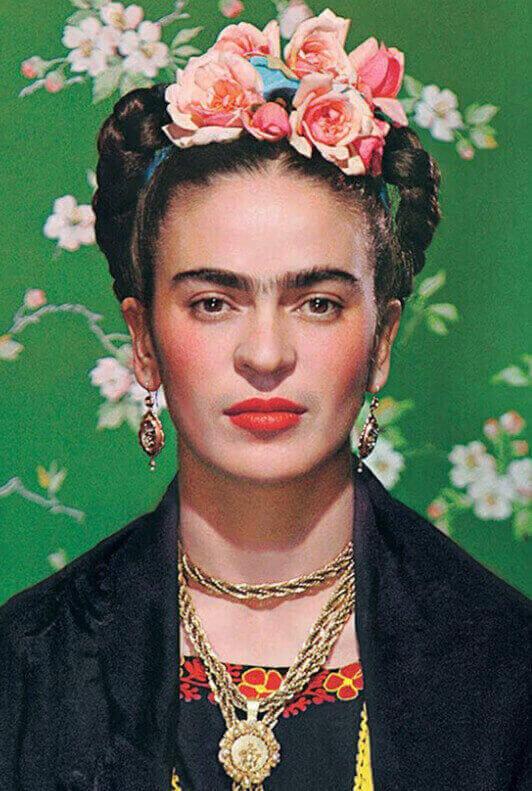 Frontales Portrait von Frida Kahlo vor grünem Hintergrund