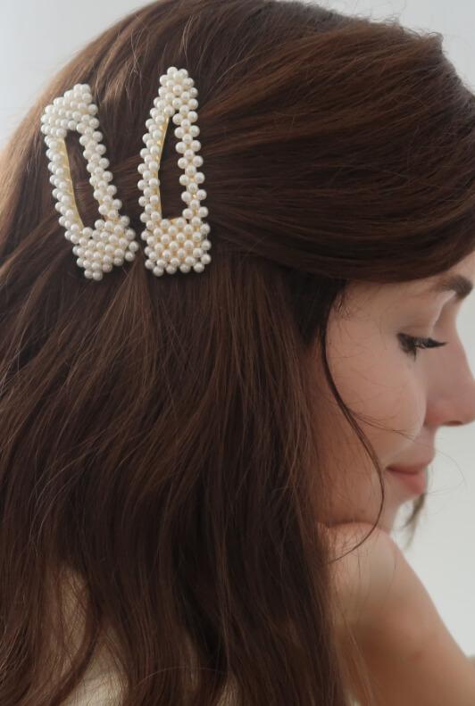 Influencerin Heyheyjulie mit zwei Perlenhaarspangen im Haar