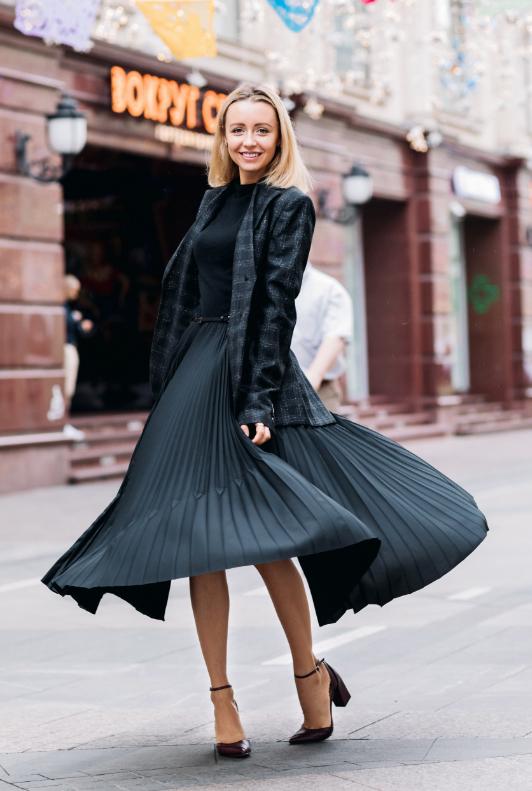 Frau mit schwarzem Abendkleid und Jackett