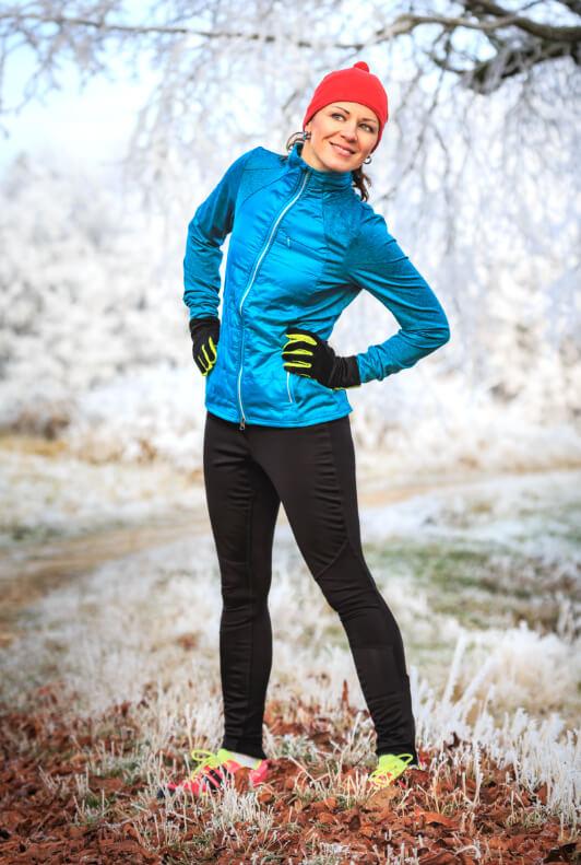 Frau in Laufbekleidung im Winter