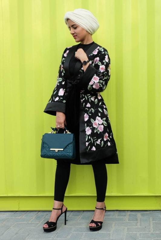 Modische junge Frau in Modest Fashion mit geblümtem Kimono und High Heels