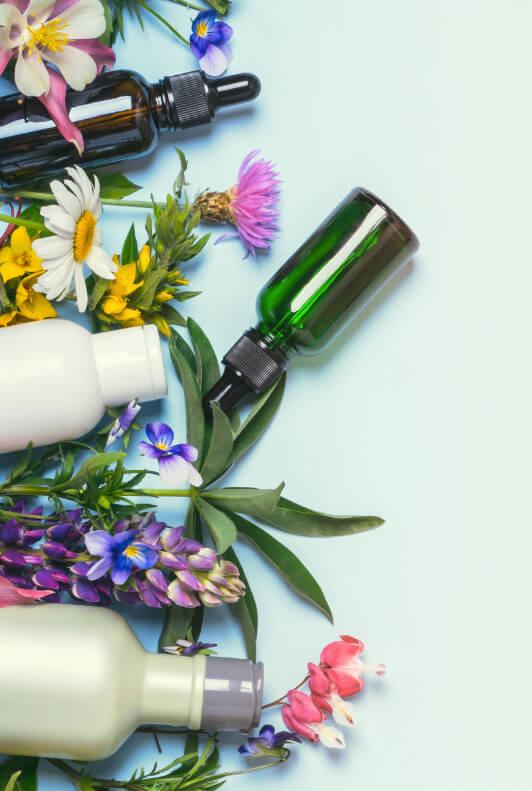Blumen und Kosmetikflaschen