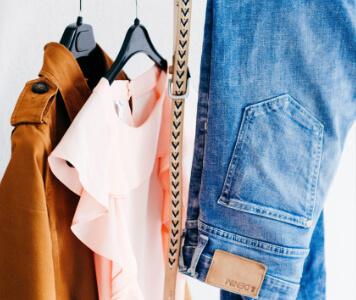 Kleidungsstücke an der Stange