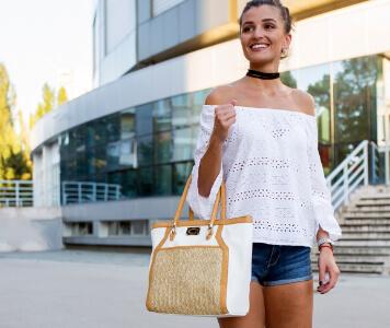 Street Style: Frau in Jeans-Hotpants und weißer Bluse