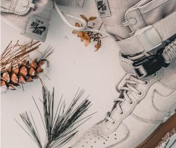 Weiße Sneaker im Schnee