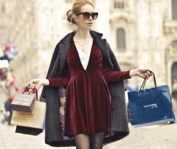 Frau mit Sonnenbrille und Taschen