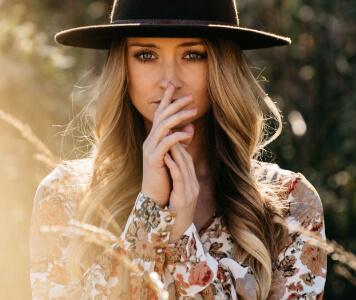 Frau mit Hut und Bluse