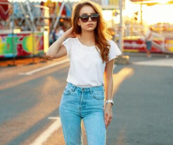 Frau in blauer High Waist Jeans