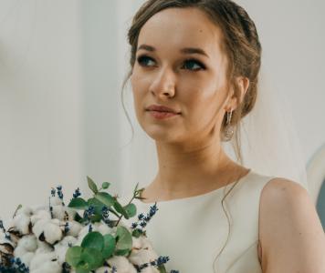 Frau im eleganten Brautkleid