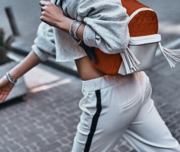 Frau mit sportlichem Outfit