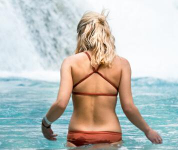 Frau in Bikini mit gekreuzten Trägern