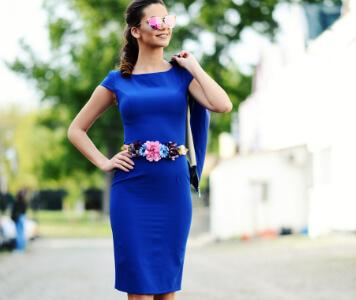 Frau in blauem Kleid mit pinken High Heels