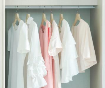 Kleiderschrank mit Kleidern