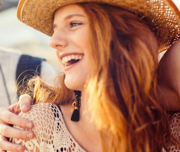 Frau im Häkeltop und Cowboyhut