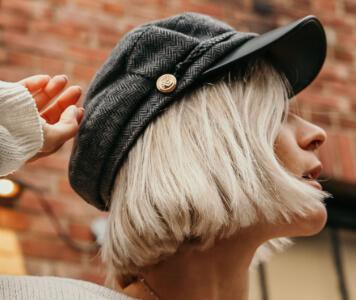 Frau mit Baskenmütze