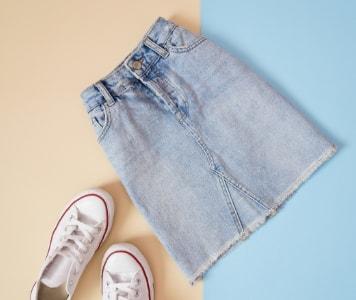 Street Style: Frau im Jeansrock und weißem T-Shirt