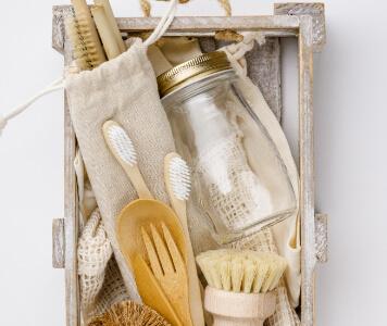 Nachhaltige Kosmetikprodukte aus Bambus und Holz, Flasche mit Zero Waste Logo