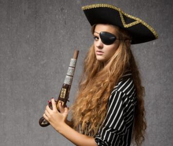 Frau mit gestreifter Bluse, Piratenhut und Augenklappe