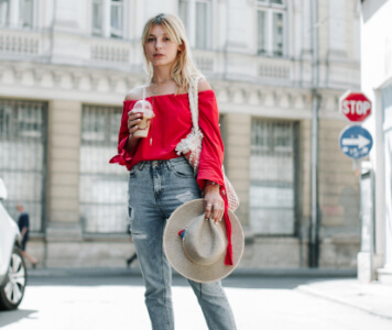 Street Style: Blonde Frau mit roter Carmenbluse und Ripped-Jeans