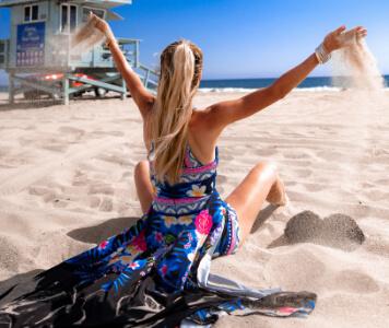 Frau im Strandstuhl mit Sonnenhut