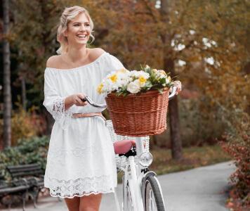 Frau trägt weißes Kleid und Boots