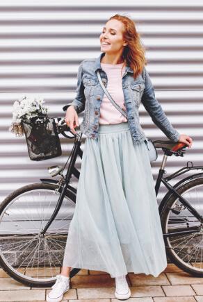 Frau mit Tüllrock und Jeansjacke