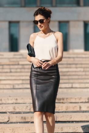 Elegante Frau in Leder-Bleistiftrock und weißem Top