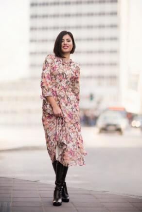 Frau trägt langes geblümtes Kleid