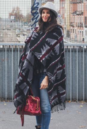Street Style: Dunkelhaarige Frau in langem Cape mit Ethno-Muster