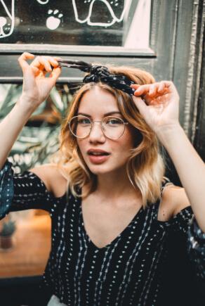 Influencerin Flamingloria mit Brille und dunklem Bandana