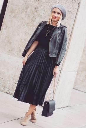 Frau in stylishen roten Stilettos und weinroter Handtasche