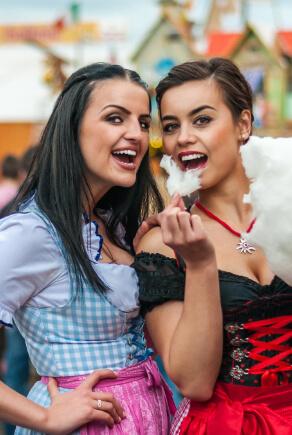 Freundinnen auf dem Oktoberfest mit und ohne Dirndlbluse