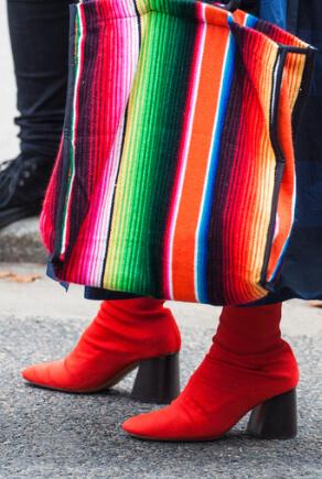 Rote Sock Boots und gestreifte bunte Tasche