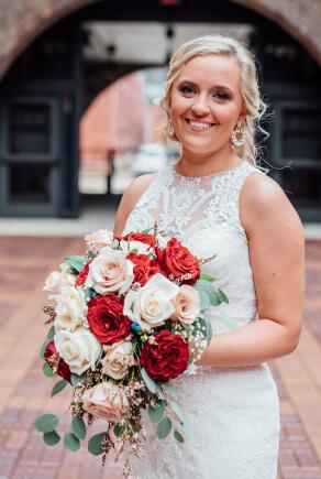 Frau im Standesamtkleid mit Spitze und Blumenstrauß