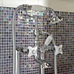Klassische bodenstehende Badewannenarmaturen aus Messing und handgefertigter Keramik - Ernesta