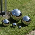 Silberne Gartenkugeln glänzend aus Edelstahl