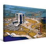 Premium Textil-Leinwand 45 cm x 30 cm quer Mondlandung im [4056502523123] Ein Luftbild von den Apollo-Saturn-V-Anlagen. Ein Testfahrzeug rollt aus dem Gebäude